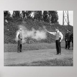 Chaleco a prueba de balas de prueba, 1923. Foto Póster