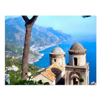 Chapiteles de la iglesia en la costa de Amalfi Tarjetas Postales