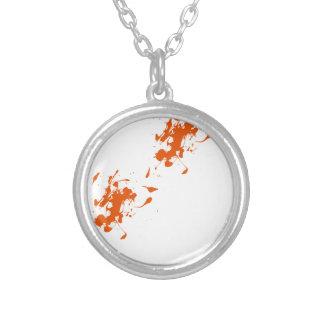 Chapoteo anaranjado de la pintura grimpolas