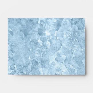 Chapoteo azul de la acuarela con las flores sobre