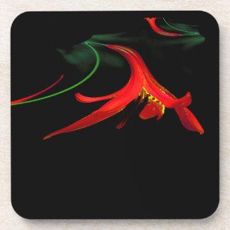 Chapoteo del diseño rojo del fractal del lirio posavasos de bebida