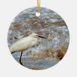 Chapoteo del Egret y de la onda Adorno Navideño Redondo De Cerámica