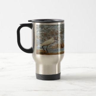 Chapoteo del Egret y de la onda Taza De Viaje