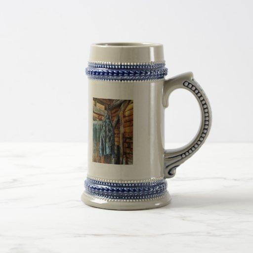 Chaqueta azul de la tela escocesa en cabina taza