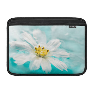 Charca de agua azul de la flor de la margarita funda macbook air