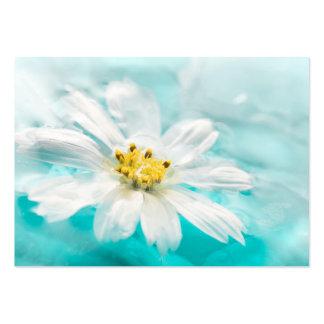 Charca de agua azul de la flor de la margarita tarjetas de visita grandes