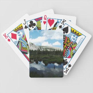 Charca serena de la montaña barajas de cartas