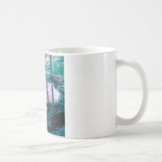 Charco del agua de lluvia en una pequeña tapa del taza