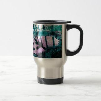 Charco del agua de lluvia en una pequeña tapa del taza térmica
