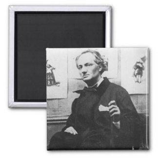 Charles Baudelaire con los grabados, c.1863 Imán Cuadrado