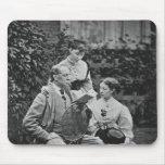 Charles Dickens con dos de sus hijas Alfombrilla De Ratones