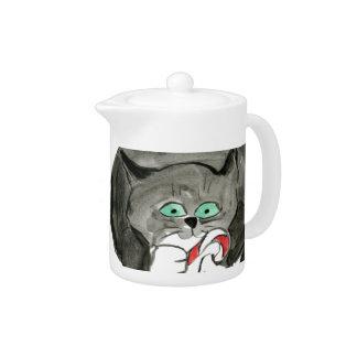 Charlie, el gatito gris, ama los bastones de caram