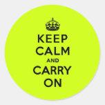 Chartreuse guarde la calma y continúe (el negro) pegatina redonda