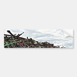 Chatarra del desguace en el depósito etiqueta de parachoque