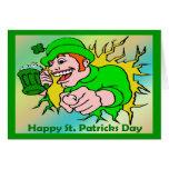 Chaval irlandés del día de St Patrick con la cerve Tarjeta