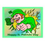 Chaval irlandés del día de St Patrick con la cerve Postal