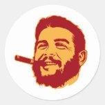 Che Guevara con el pegatina del retrato del cigarr
