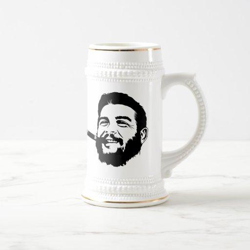 Che Guevara con la taza del retrato del cigarro