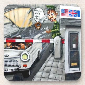 Checkpoint Charlie, Berlín, dibujo animado Posavasos De Bebida