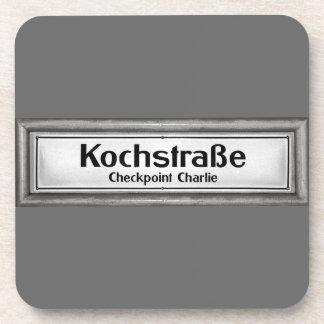 Checkpoint Charlie, Kochstrabe, blanco y negro Posavasos