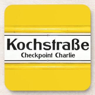 Checkpoint Charlie, Kochstrabe, frontera amarilla Posavasos
