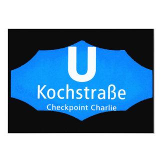 "Checkpoint Charlie, Kochstrabe, UBahn, azul, /Blk Invitación 5"" X 7"""