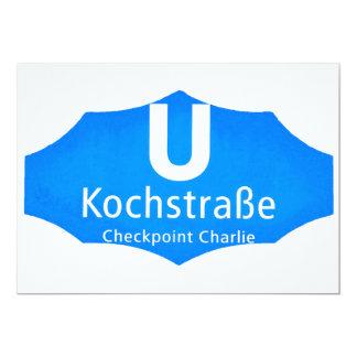 "Checkpoint Charlie, Kochstrabe, UBahn, azul, Invitación 5"" X 7"""