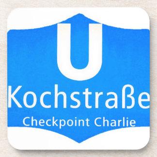 Checkpoint Charlie, Kochstrabe, UBahn, azul, /Whit Posavasos De Bebidas