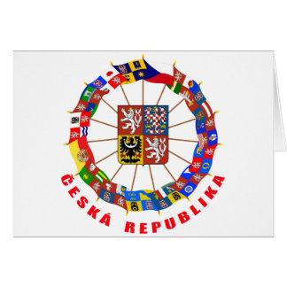 Checo señala el molinillo de viento por medio de tarjeta de felicitación