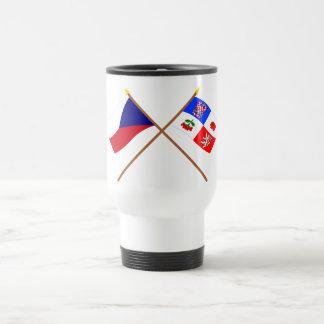 Checo y banderas cruzadas Vysocina Taza De Viaje