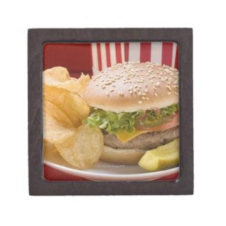 Cheeseburger con las patatas a la inglesa de patat cajas de regalo de calidad