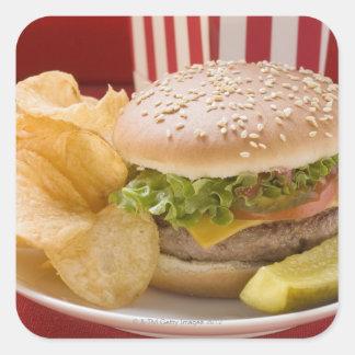 Cheeseburger con las patatas a la inglesa de patat colcomanias cuadradas personalizadas