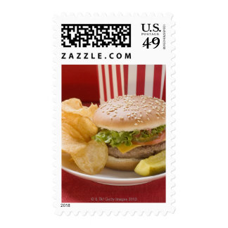 Cheeseburger con las patatas a la inglesa de envio