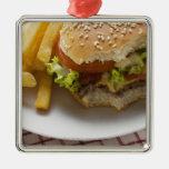 Cheeseburger, mordeduras tomadas, con los ornaments para arbol de navidad