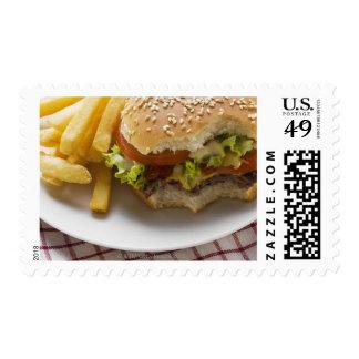 Cheeseburger, mordeduras tomadas, con los estampillas
