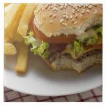 Cheeseburger, mordeduras tomadas, con los micropro azulejo cerámica