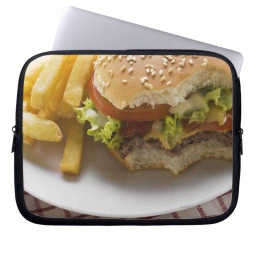 Cheeseburger, mordeduras tomadas, con los micropro fundas ordendadores