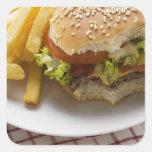 Cheeseburger, mordeduras tomadas, con los colcomanias cuadradas personalizadas