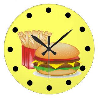 Cheeseburger y fuegos reloj redondo grande