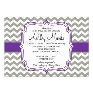 Cheveron púrpura gris y oscuro Invitaiton Comunicado Personalizado