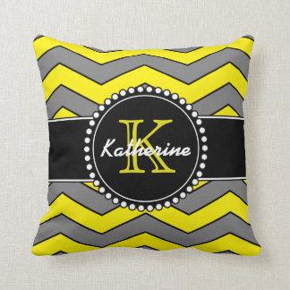Chevron amarillo y gris, personalizado, con cojín decorativo