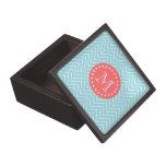 Chevron azul y coralino con el monograma de encarg cajas de recuerdo de calidad