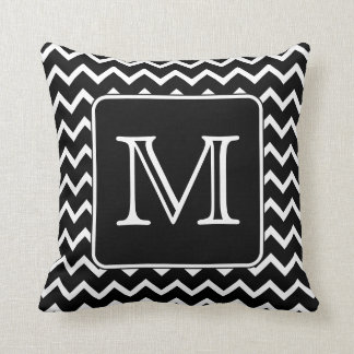 Chevron blanco y negro con el monograma de encargo almohada