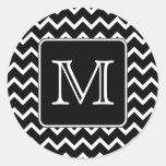 Chevron blanco y negro con el monograma de encargo etiquetas redondas