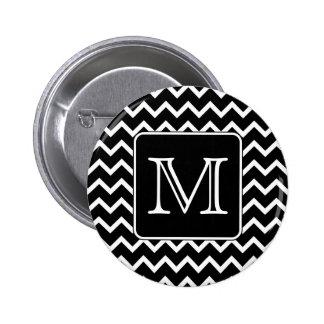 Chevron blanco y negro con el monograma de encargo pin redondo de 2 pulgadas