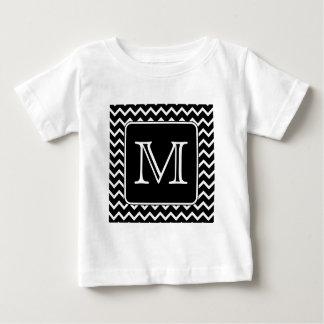Chevron blanco y negro con el monograma de encargo playera de bebé