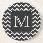 Chevron blanco y negro con el monograma de encargo posavasos diseño