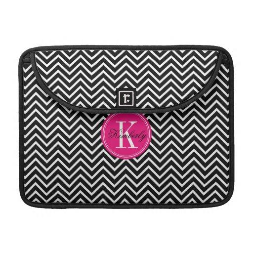Chevron blanco y negro con el monograma rosado fundas macbook pro