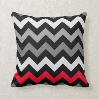 Chevron blanco y negro con la almohada roja