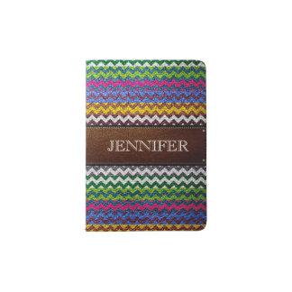 Chevron colorido de cuero raya el monograma porta pasaporte